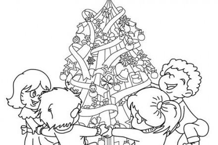 Coloriage-de-Sapins-de-Noel-Sapin-de-Noel-decore-devant-cheminee-a-colorier.jpg